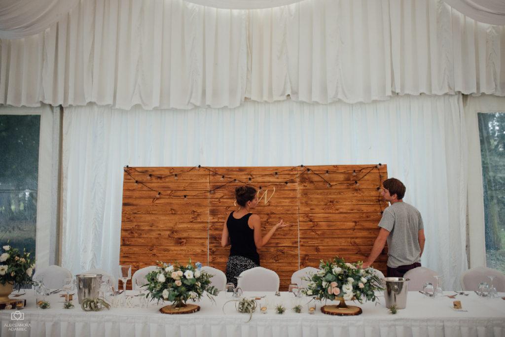 ścianka za parą młodą z drewnianych desek