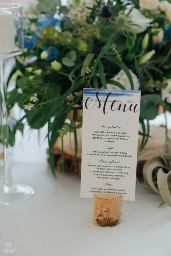menu na tle kompozycji kwiatowej w stylu rustykalnym