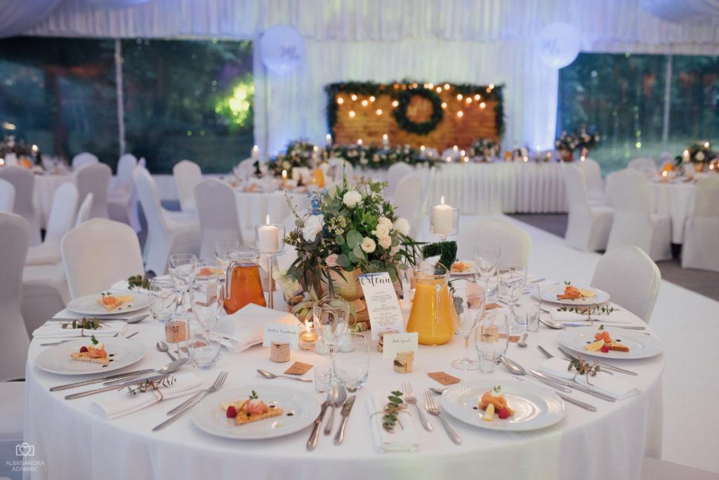 złoto i drewno jako dekoracja stołu weselnego