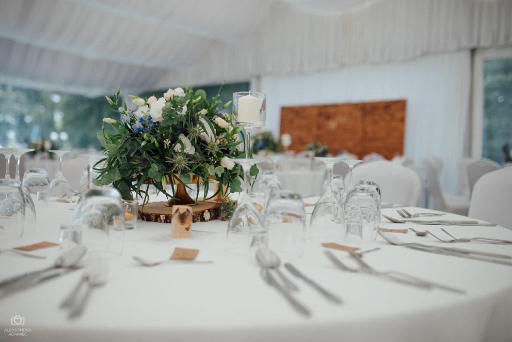 aranżacja kwiatowa w złotej paterze na okrągły stół gości