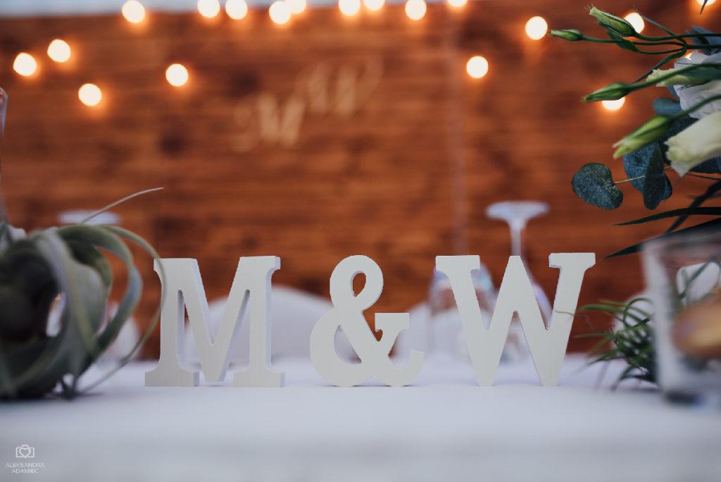 inicjały pary młodej jako dekoracja stołu
