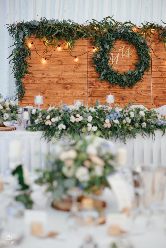 dekoracja drewnianej ścianki zieloną girlandą