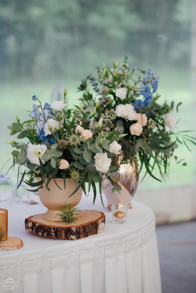 złote wazy z kwiatami jako aranżacja stołu prezydialnego