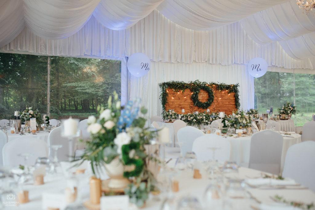 dekoracja rustykalnego wesela w namiocie