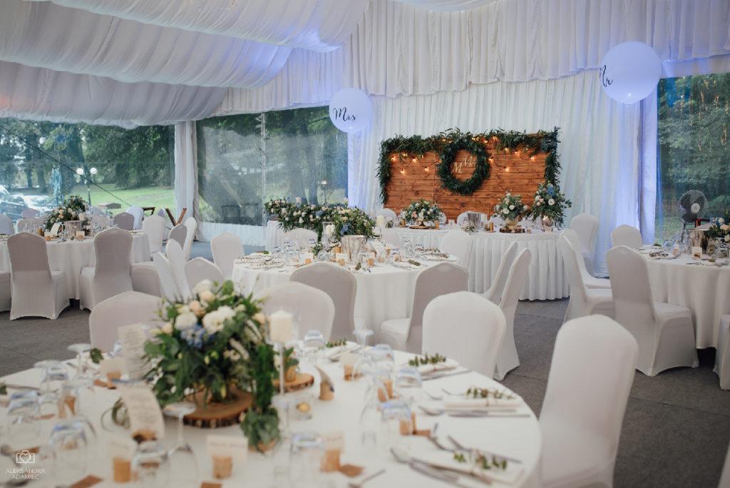 aranżacja namiotu na przyjęcie weselne
