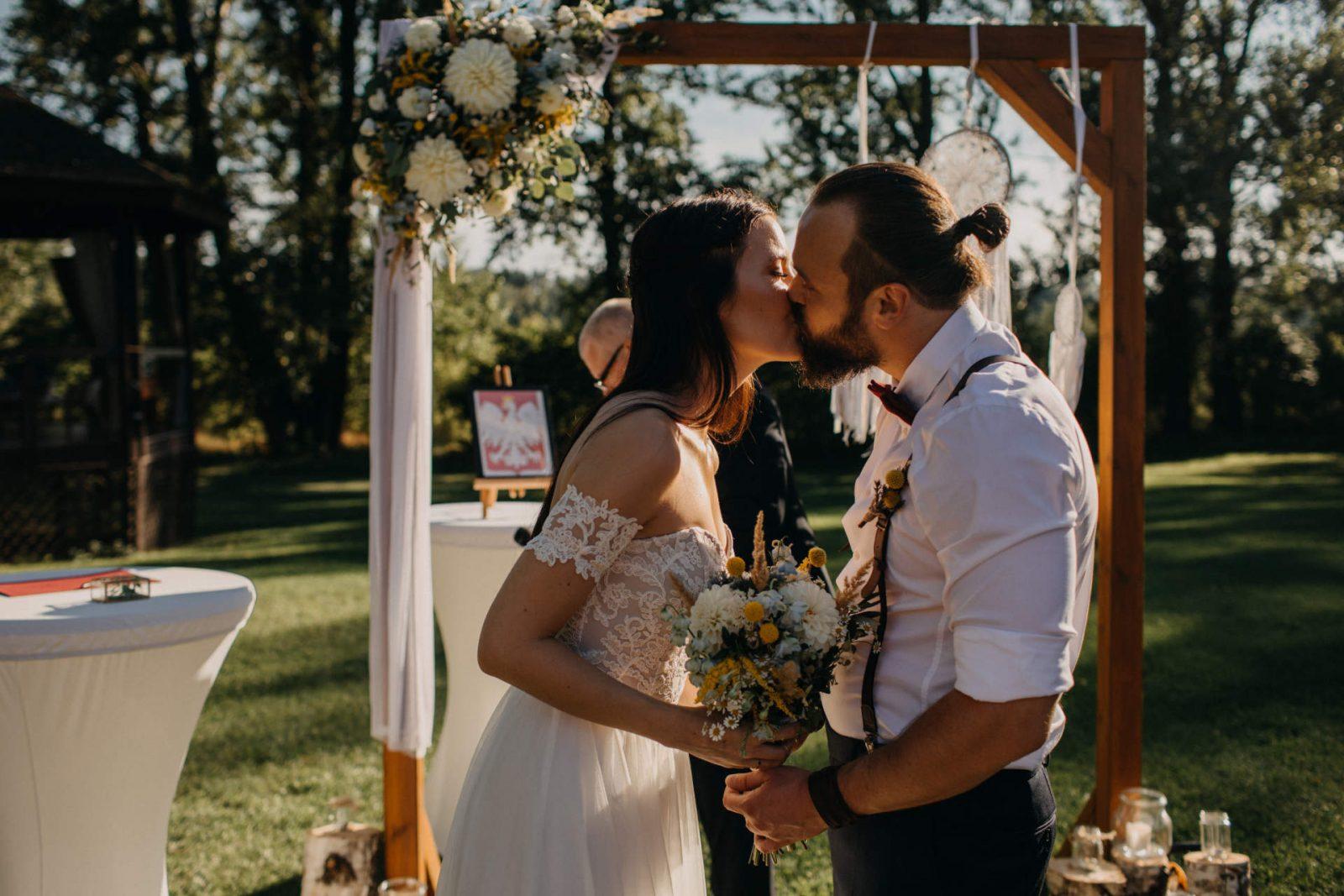 szczęśliwa para młoda po ślubie