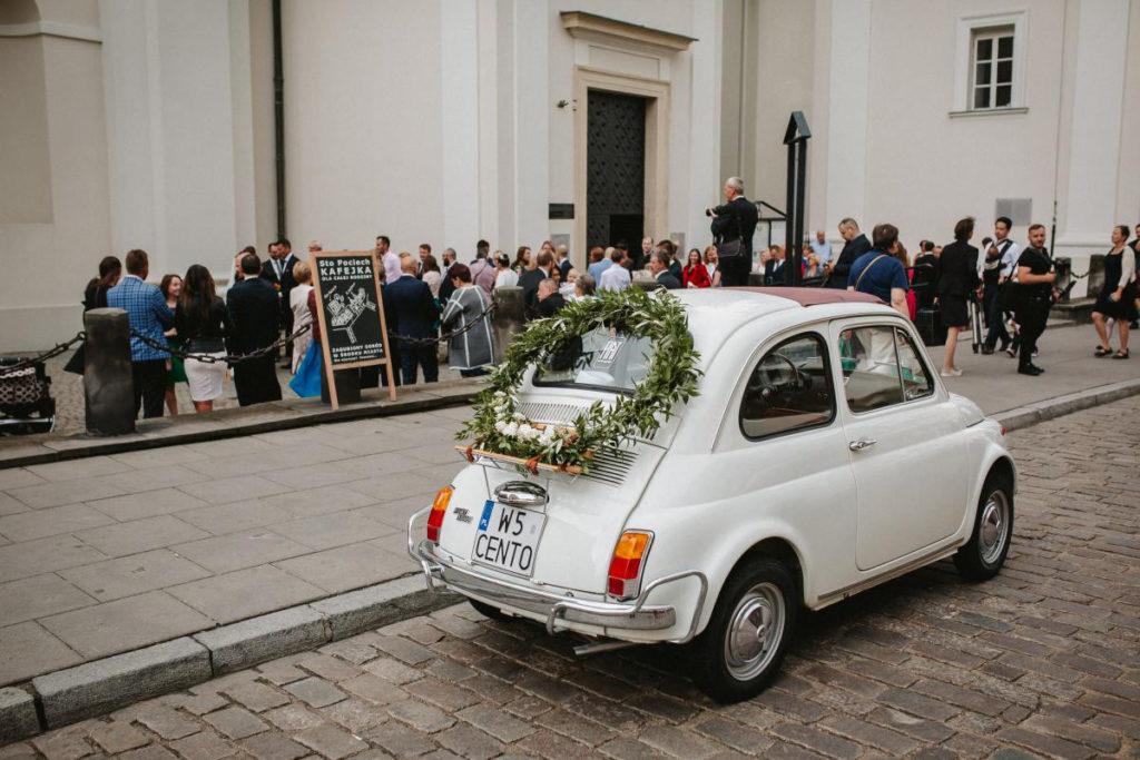 koło z zieleni i białych kwiatów na samochód ślubny