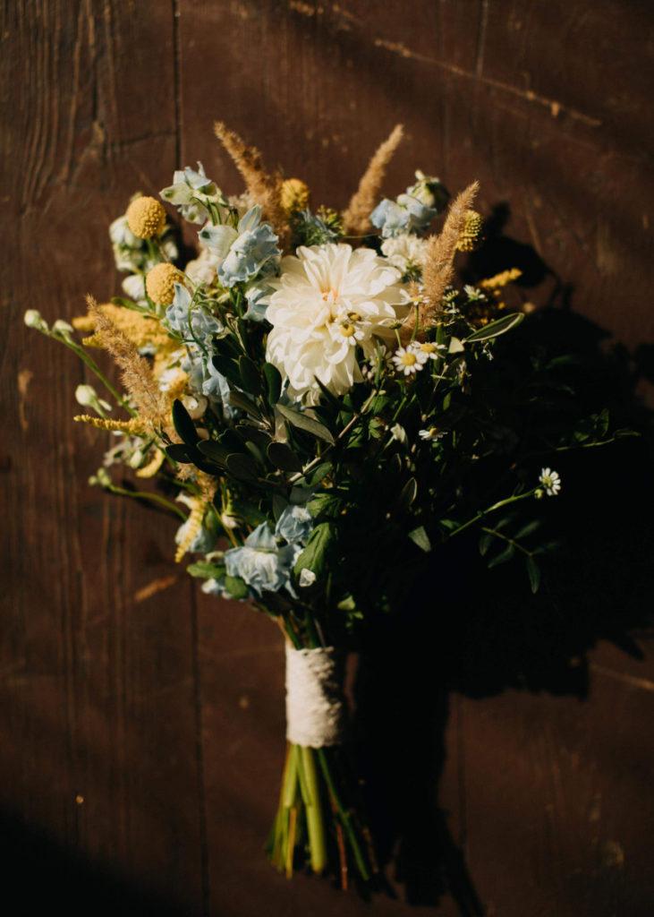 sielski bukiet ślubny z rumiankami
