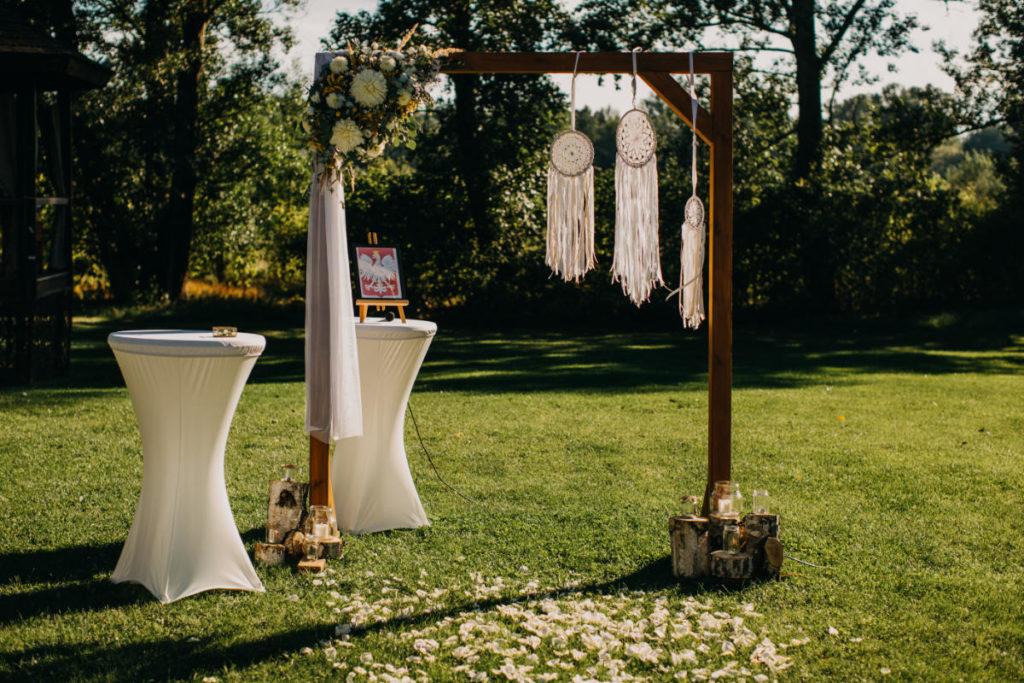 pergola drewniana jako dekoracja ślubna