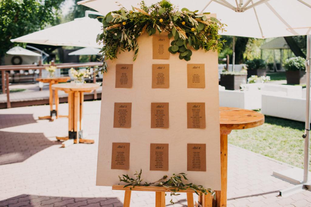 drewniana tablica usadzenia gości