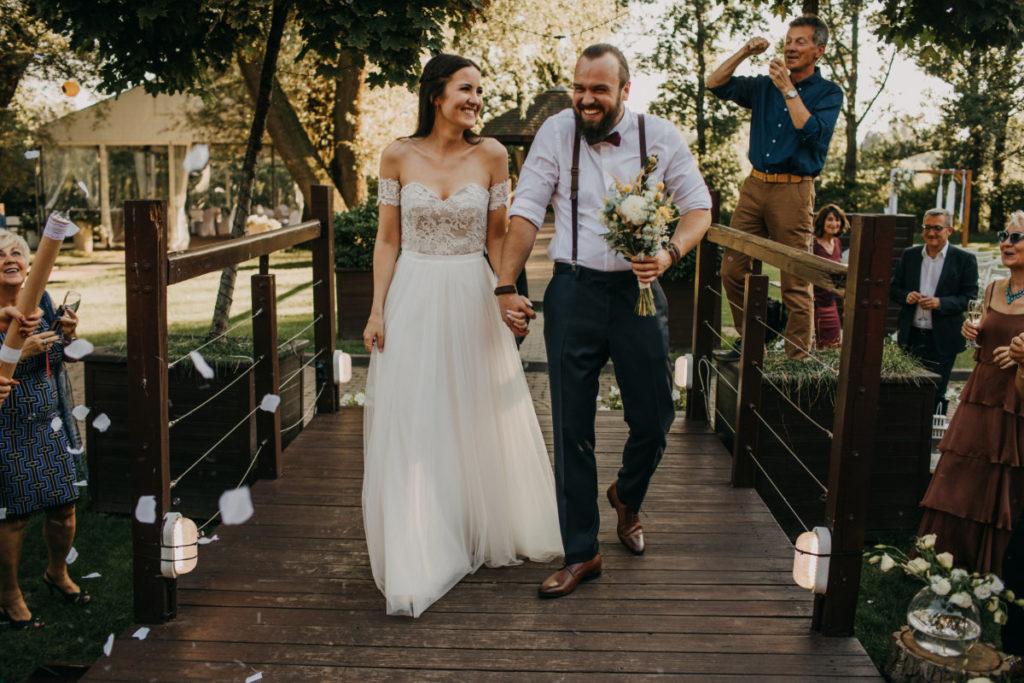 radość pary młodej po ślubie