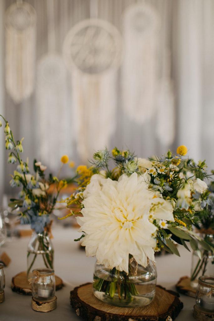 bukiet z dalią jako dekoracja stołu prezydialnego