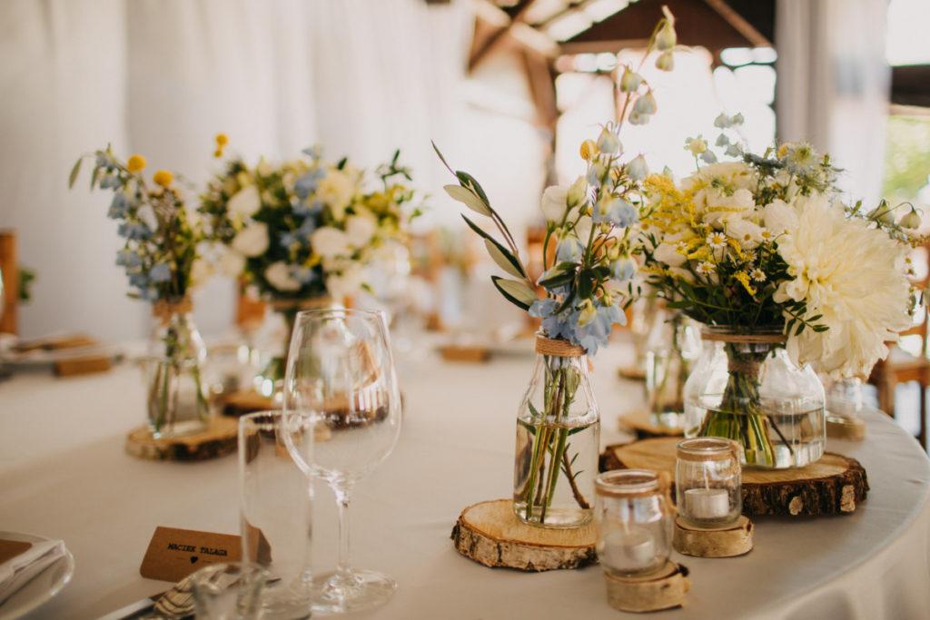 dekoracja z plastrów i pieńków brzozowych na stół pary młodej