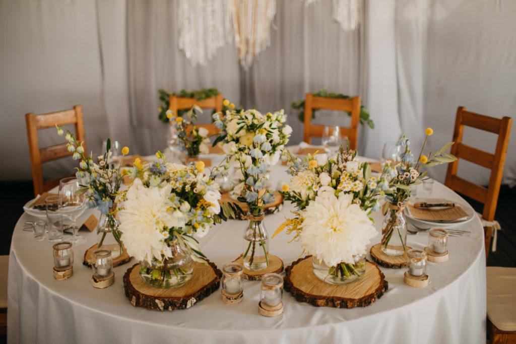 dekoracja stołu prezydialnego w stylu boho