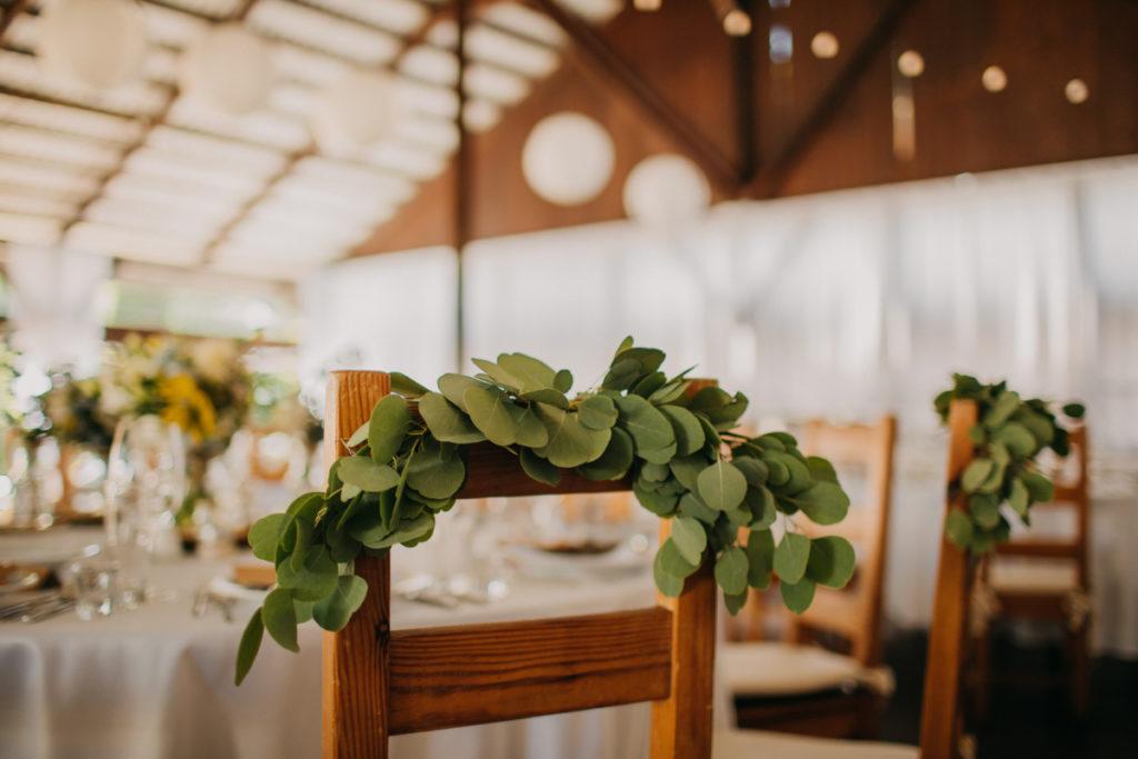 eukaliptus jako dekoracja krzeseł pary młodej