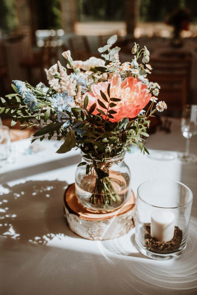 bukiet z pistacji, eukaliptusa rumianku i peonii jako dekoracja stołu weselnego