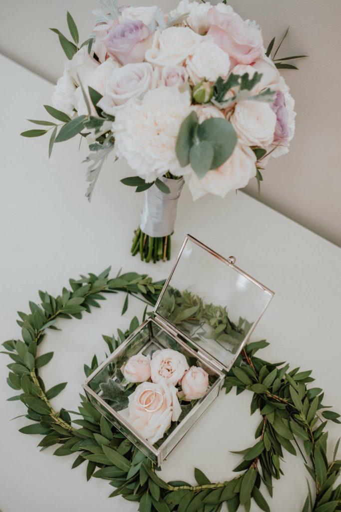 pastelowy bukiet panny młodej wianki dla druhenek oraz dekoracja szkatułki kwiatami