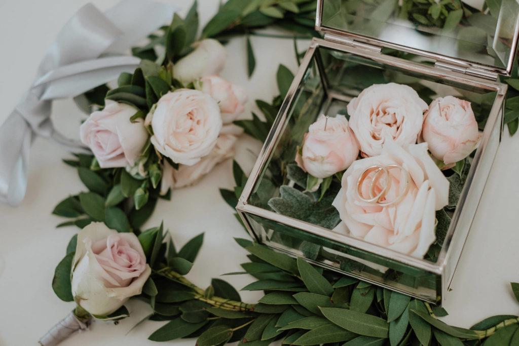 róże w pudrowym różu jako dekoracja szkatułki przypinki do marynarki i bransoletki na rękę