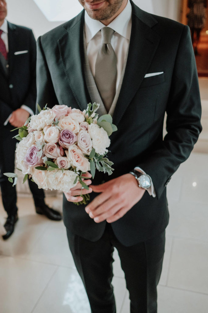 wiązanka ślubna z pudrowo różowych i brudnofioletowych kwiatów z szarą zielenią