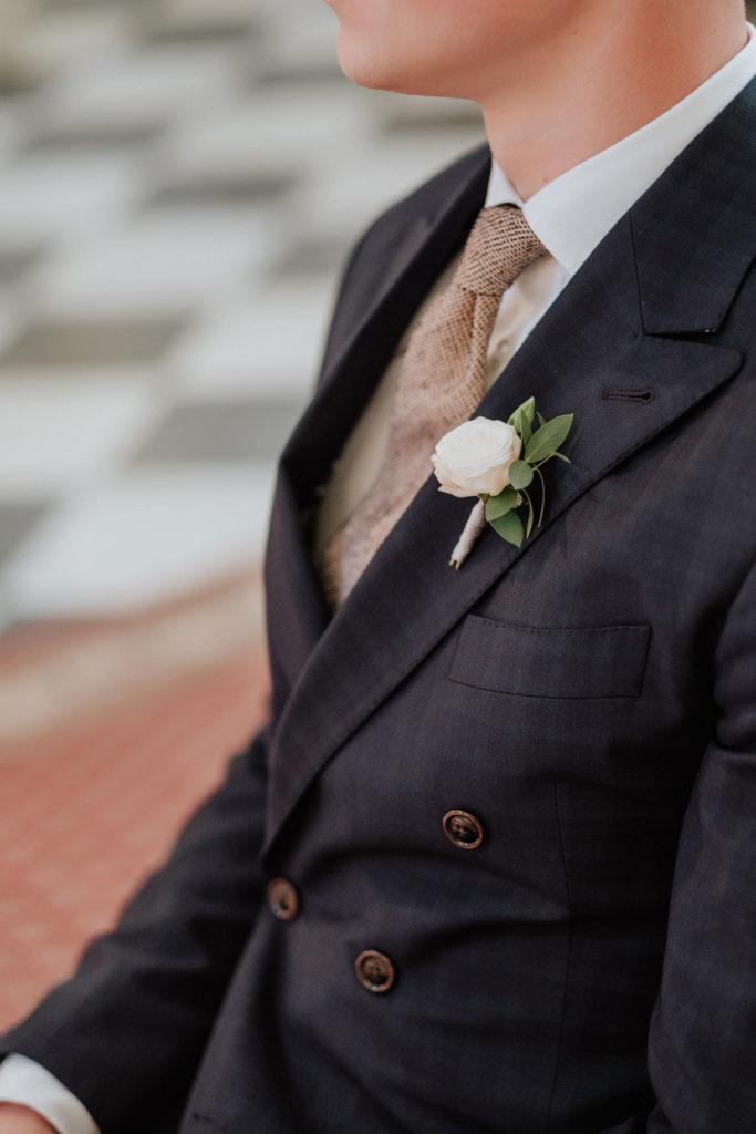 przypinka do marynarki z drobnej róży gałązkowej w pudrowym różu