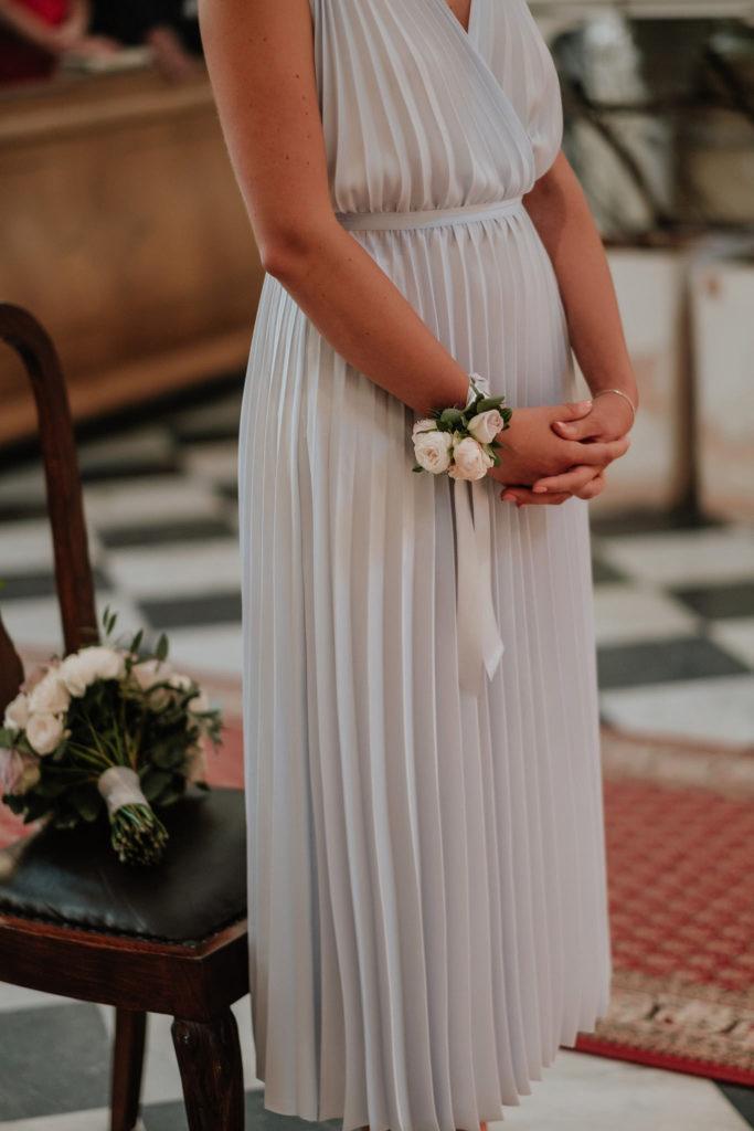 bransoletka na rękę dla druhny z pastelowych róż i różową wstążką