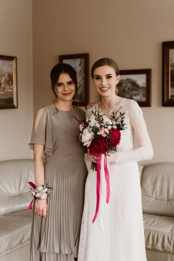 bukiet ślubny z białych pudoroworóżowych i bordowych kwiatów