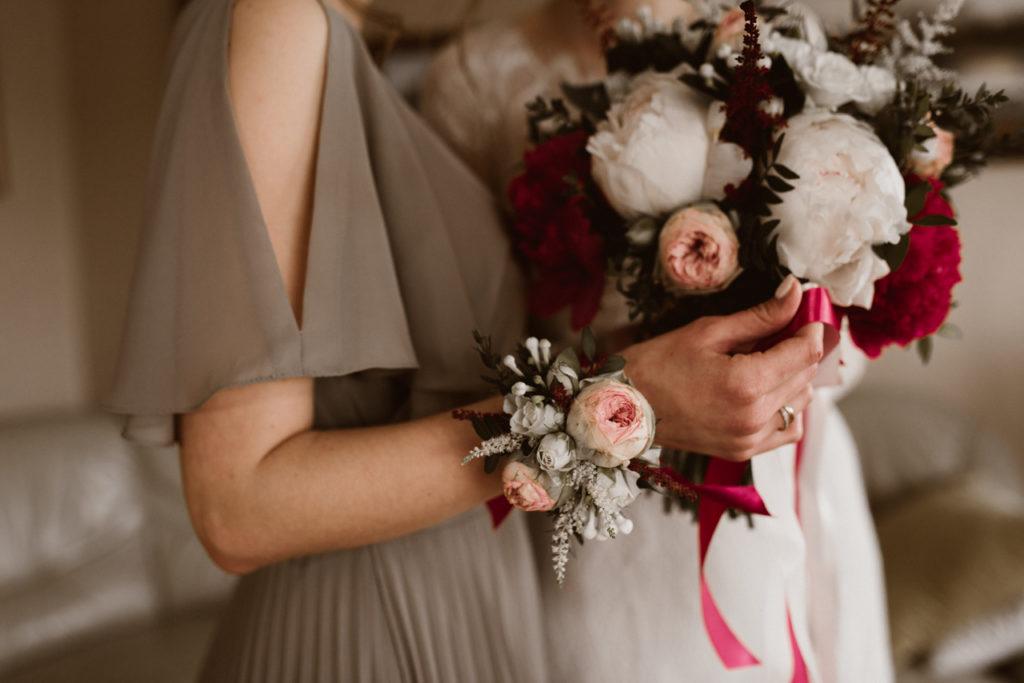 korsarz na rękę dla świadkowej z róży gałązkowej i białych dodatków kwiatowych