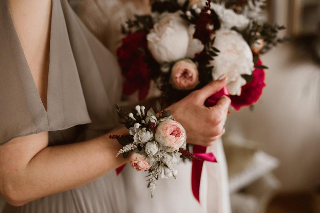 bransoletka kwiatowa na rękę pudroworóżowa z bordową wstążką