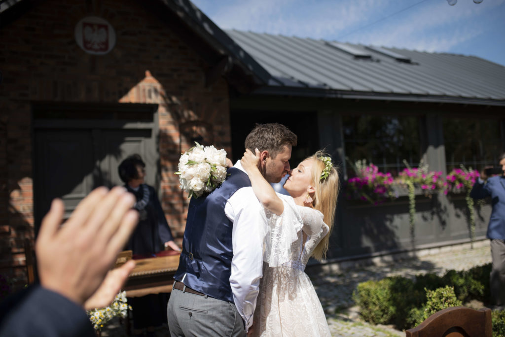 bukiecik ślubny z białym peonii i oliwki dla panny młodej