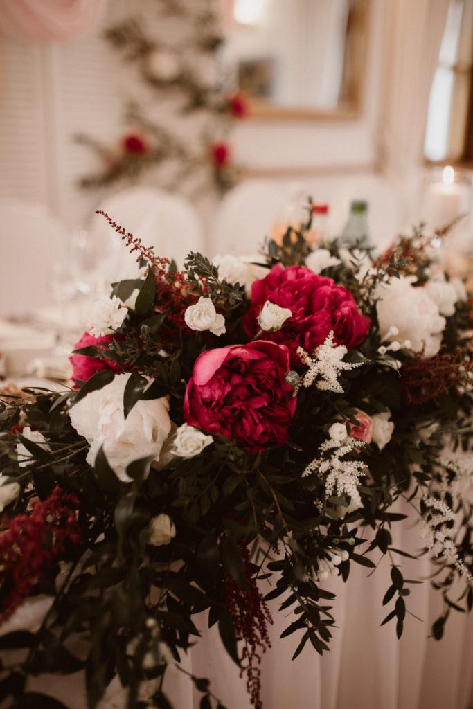 kompozycja z peonii białych i w kolorze czerwonego wiana i tawułkami z zielonym eukaliptusem