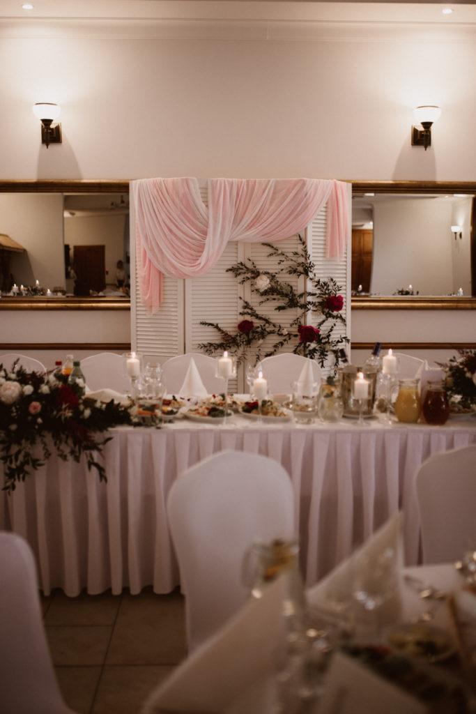 asymetryczna dekoracja stołu pary młodej ze świecami w szkle