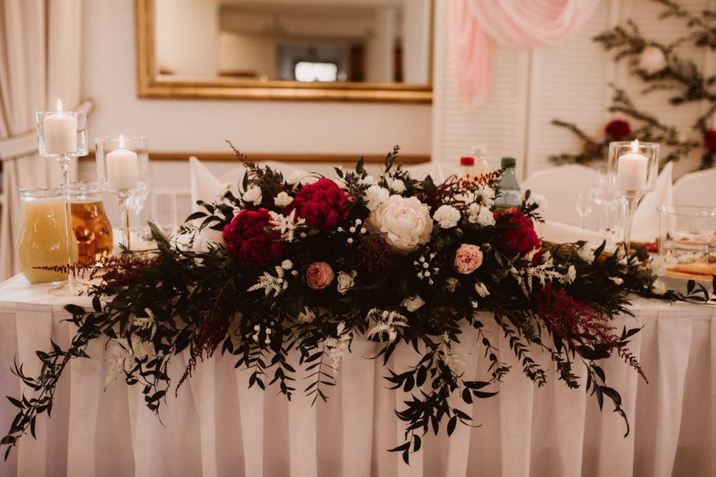 kompozycja kwiatowa w kolorze biel pudrowy róża marsala zieleń na stól prezydialny