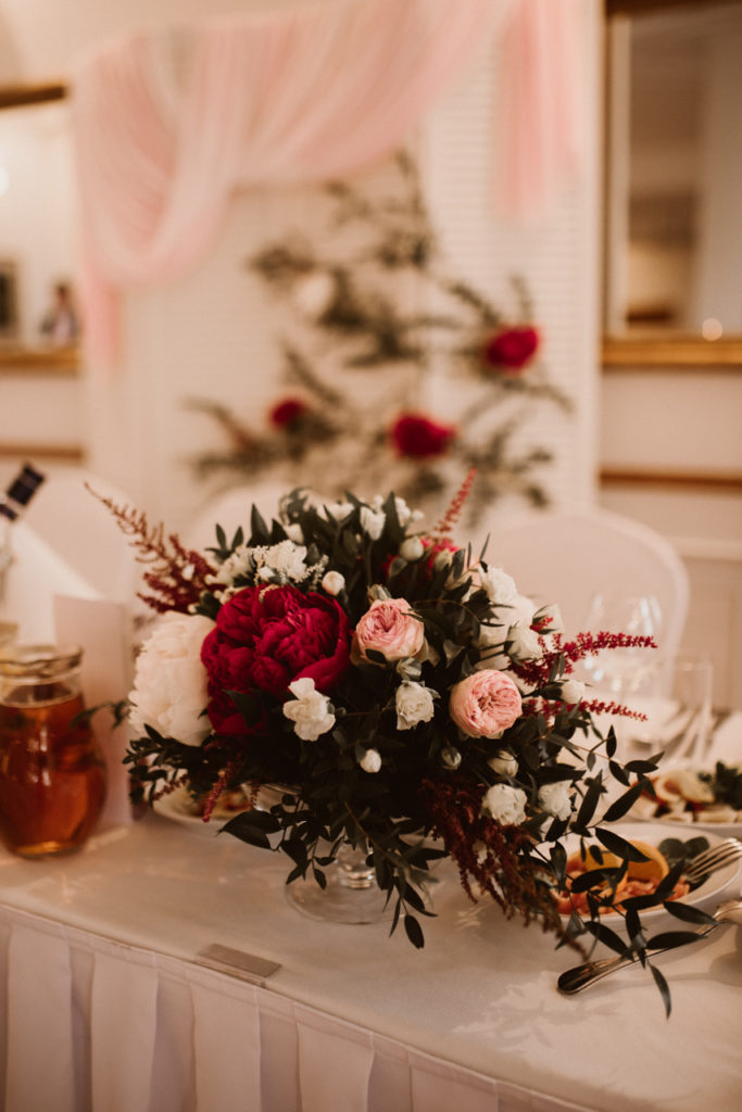 kompozycja z kwiatów w paterze szklanej na nóżce w eleganckim stylu