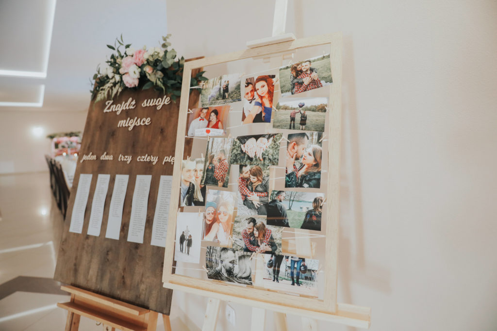 dekoracja pastelowymi kwiatami planu stołów na wesele