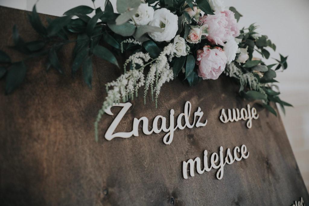 dekor z różowych kwiatów peonii i róż z zielenią na drewnianą tablicę