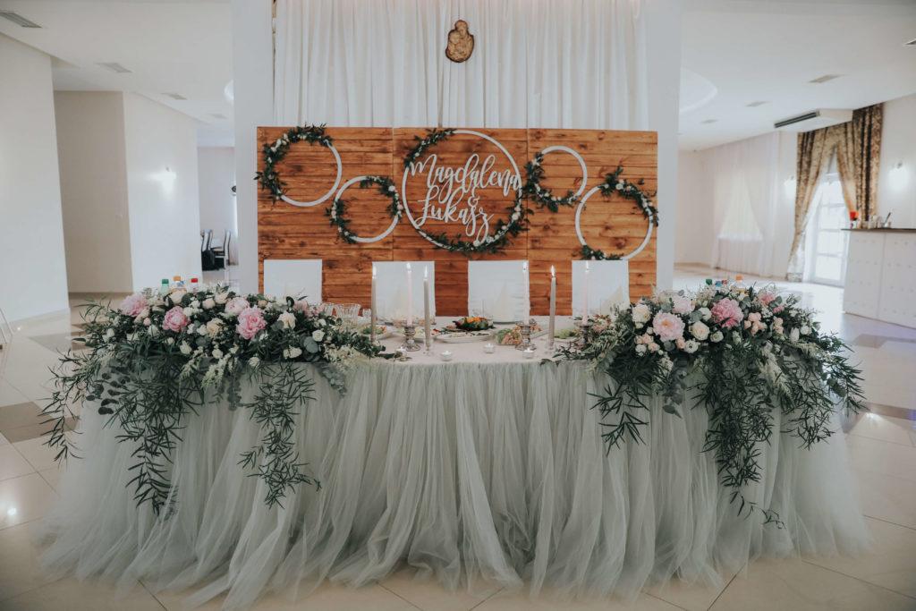 aranżacja stołu pary młodej pastelowymi kwiatami i skirtingiem tiulowym szarym