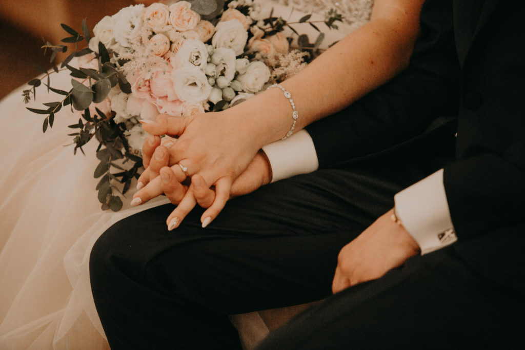 bukiet ślubny z różowych róż gałązkowych białej eustomy i gałązek eukaliptusa