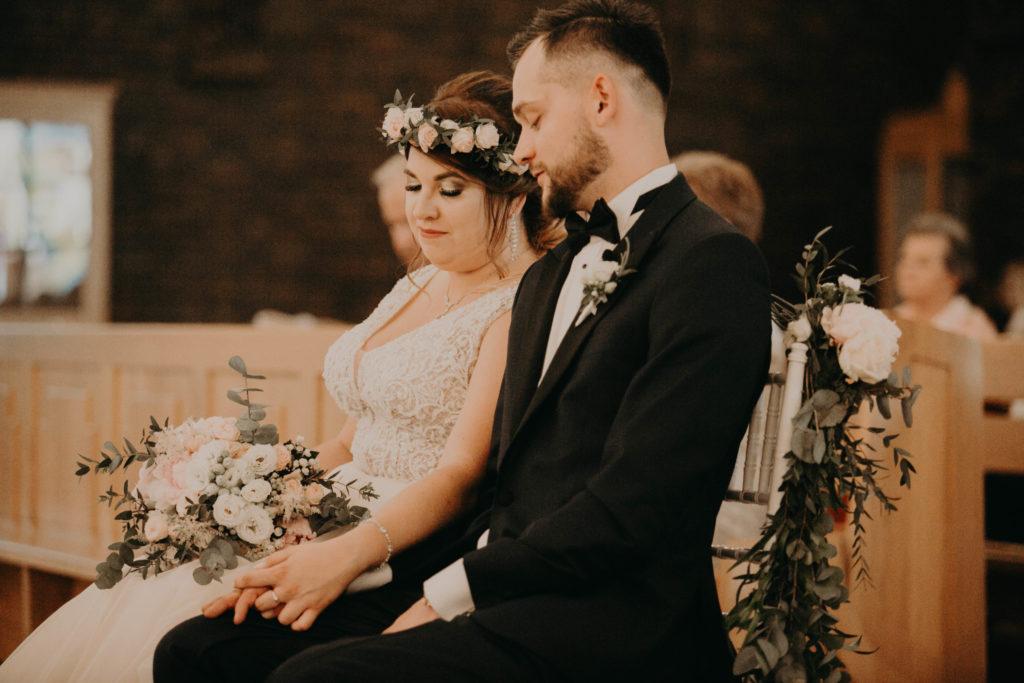 kwiaty zdobiące pastelowe dla pary młodej w dniu ślubu