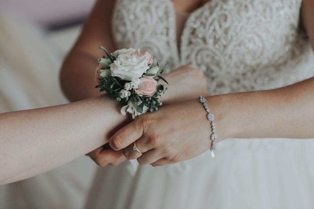 korsarz kwiatowy na rękę druhny w kolorach pastelowych