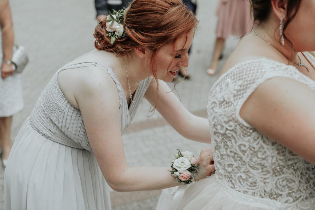 korsarz kwiatowy i kwiaty na grzebyku dla świadkowej w dniu ślubu