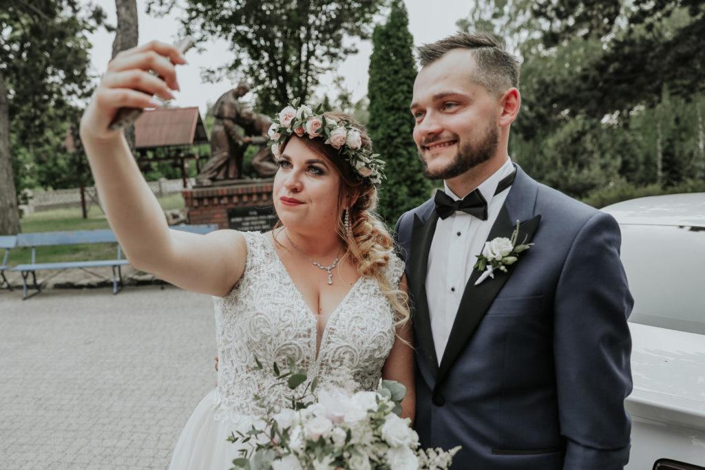 selfie pary młodej z kwiatami pastelowymi przed ceremonią zaślubin