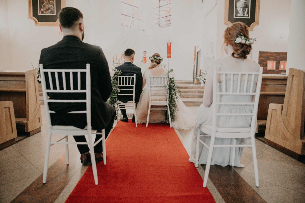 białe krzesła chiavari jako wystrój kościoła na ślub