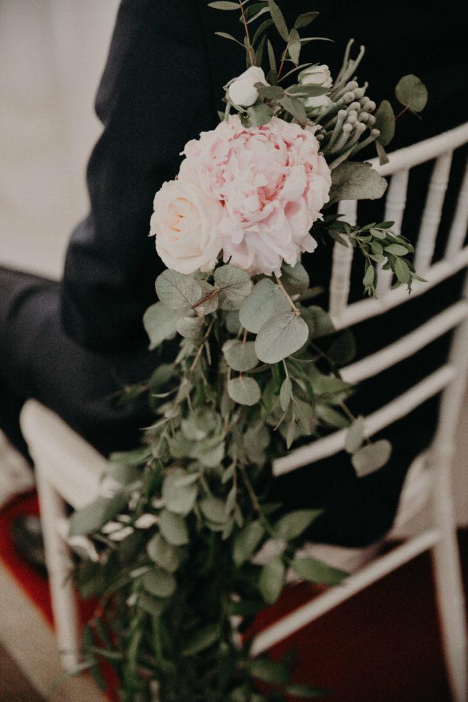 dekoracja krzesła chiavari girlandą zieloną i różową peonią