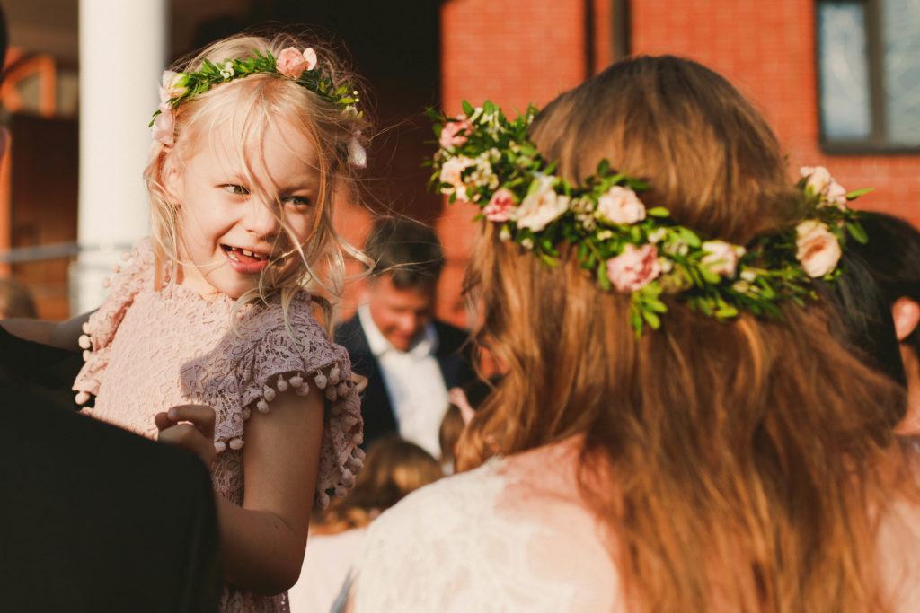 wianki z zieleni i kwiatów na głowę panny młodej i małej druhny