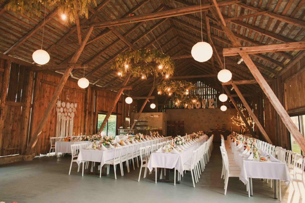 dekoracja stodoły na wesele kompozycjami kwiatowymi w stylu boho glam