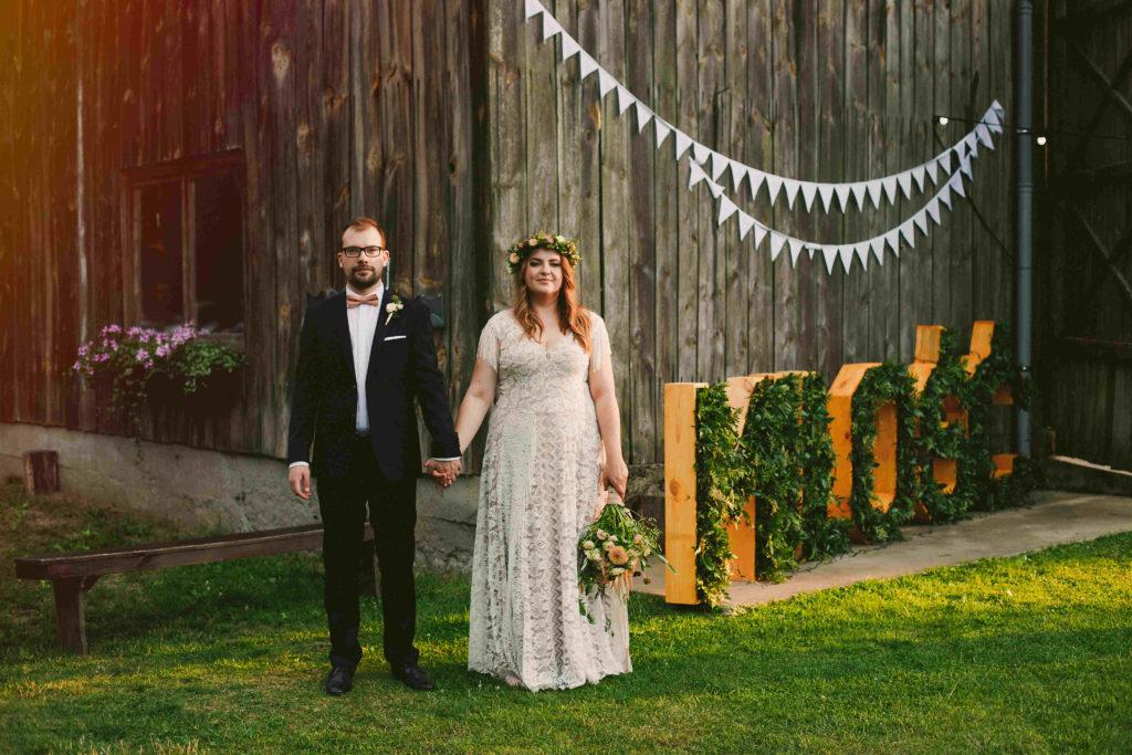 para młoda na tle napisu zielonego miłość przy stodole na wesele