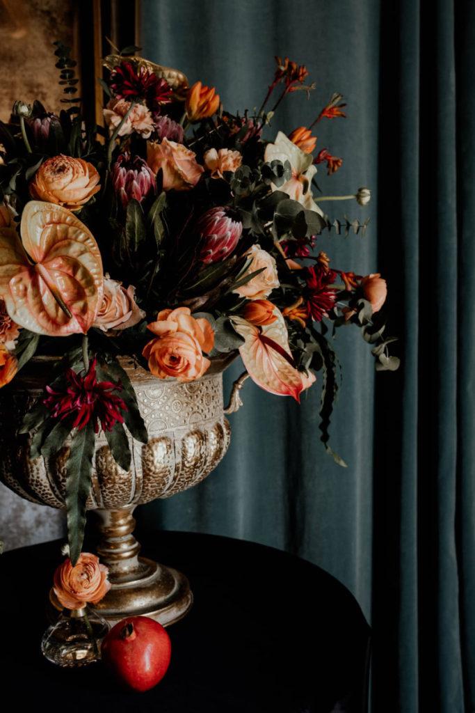 pomarańczowo bordowa kompozycja w wielkiej złotej wazie