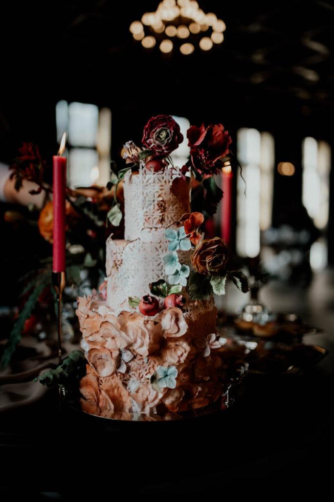 tort w kolorystyce dekoracji stołu w jesiennych odcieniach i odrobiną błękitu