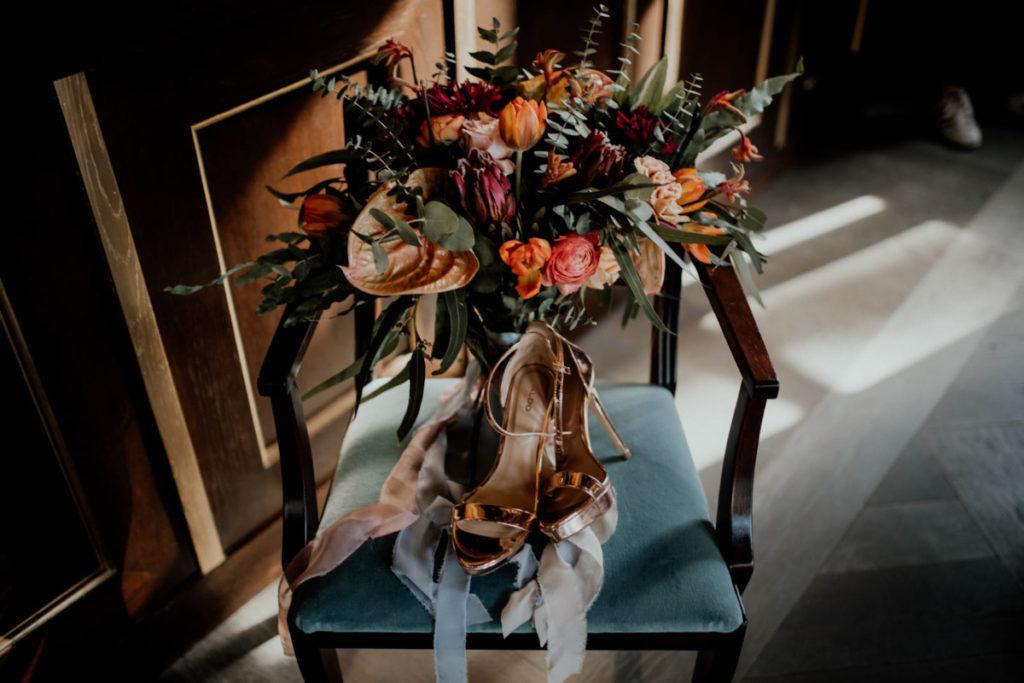 bukiet z jaskrów, goździków, tulipanów, protei i anturium z długimi wstążkami