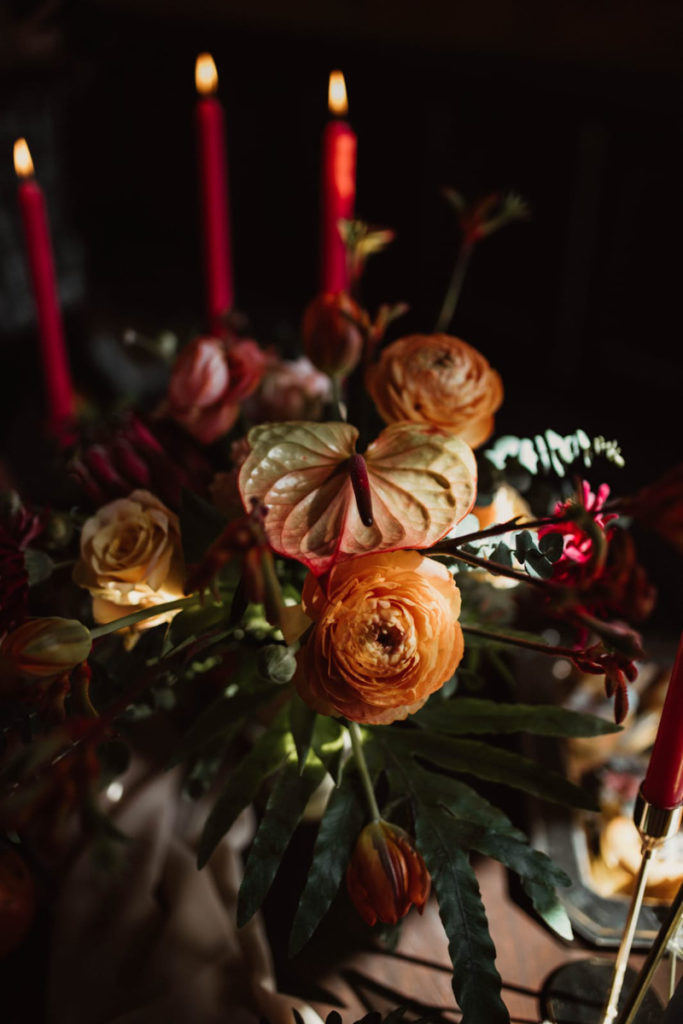 kompozycja z kwiatów w pomarańczowo bordowych odcieniach